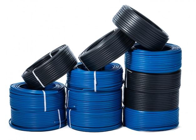 Rollen van zwarte en blauwe geïsoleerde kabel