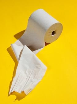 Rollen wc-papier geïsoleerd op geel