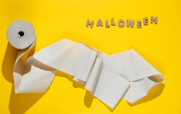 Rollen wc-papier met het woord halloween