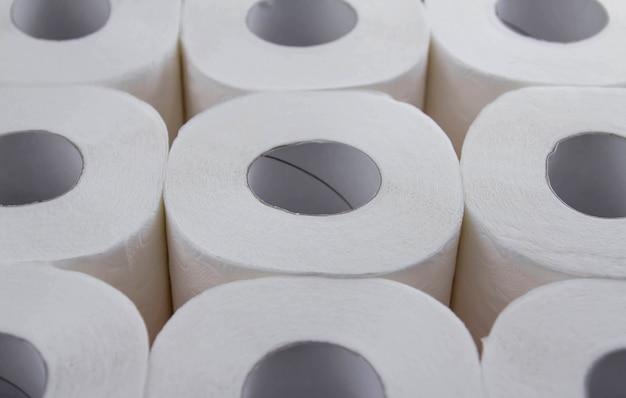 Rollen wit toiletpapier. tekort aan toiletpapier.