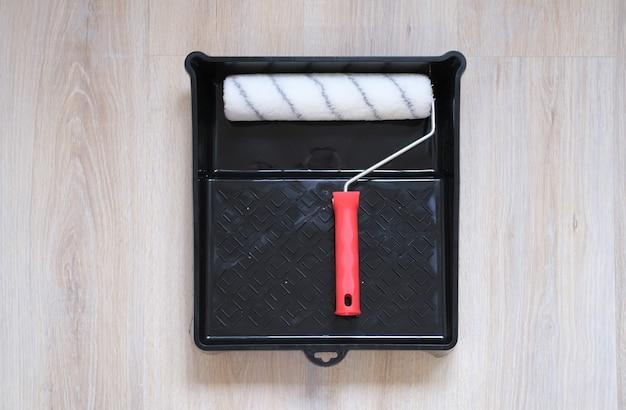 Roller voor het schilderen van muren close-upconceptrenovatie in het appartement