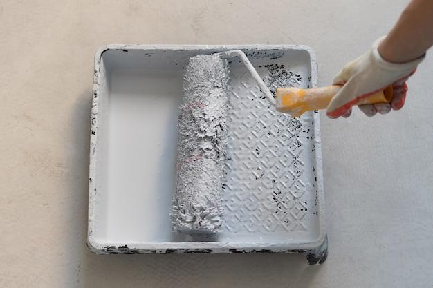 Roller voor het schilderen van muren en plafonds, concept voor woningrenovatie. hoge kwaliteit foto