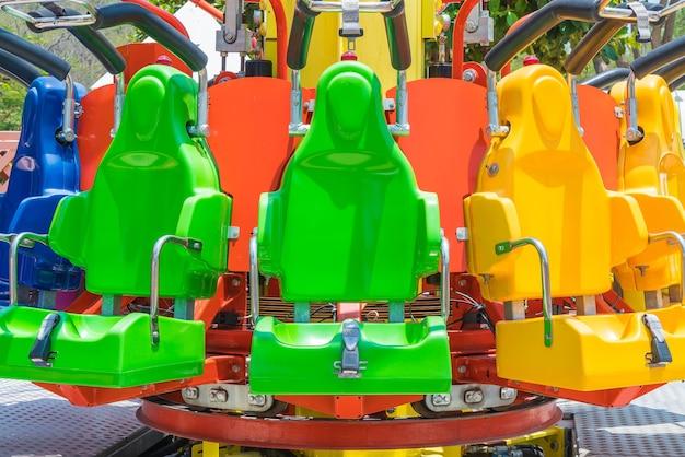 Rollercoaster stoelen in pretpark