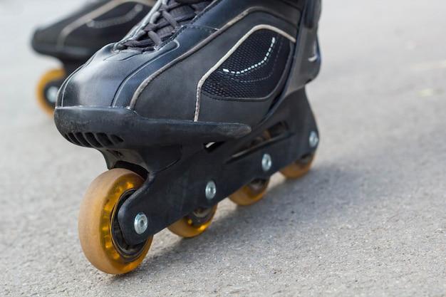 Rolschaats op asfalt close-up