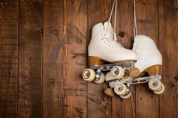 Rolschaatsen op een hout