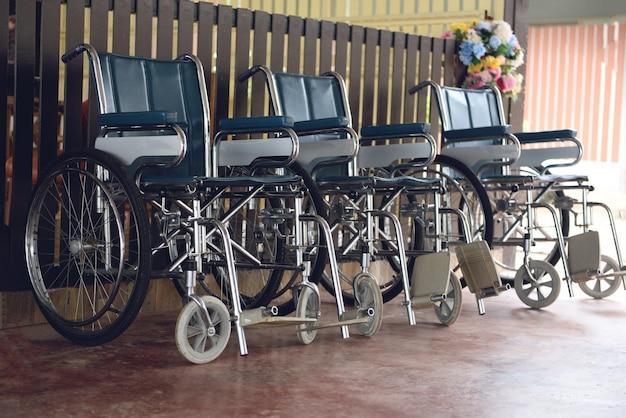 Rolstoelen in het ziekenhuis rolstoelen wachten op patiëntdiensten gehandicapten vervoer