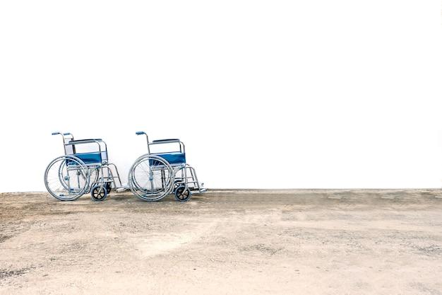 Rolstoelen standby voor hulp een oude mensen of gezondheidszorg