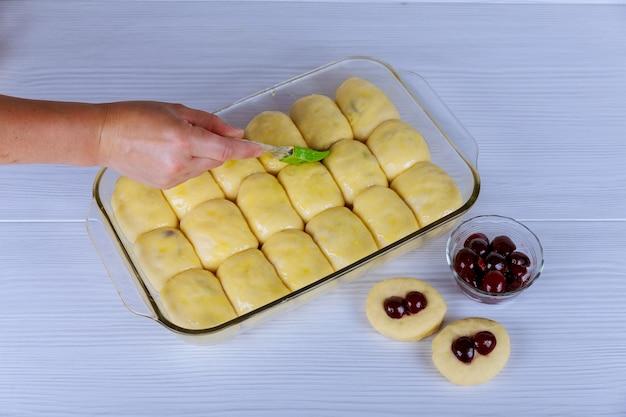 Rolt uit het deeg op een druipende pan alvorens te bakken