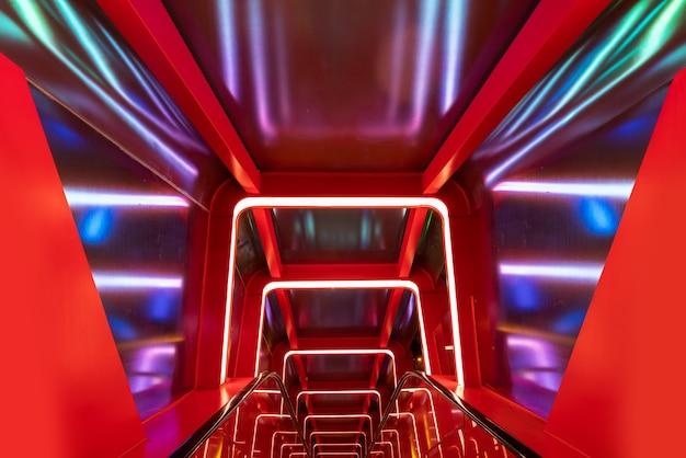 Roltrap cirkelvormige doorgang met rood licht