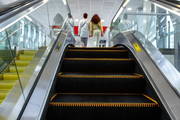 Roltrap trappen close-up in een winkelcentrum