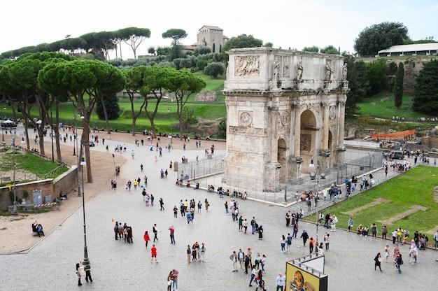 Roman forum of foro romano, rome, italië. antique roman forum is een van de belangrijkste toeristische attracties van rome. landschap van oude ruïnes in het centrum van rome.