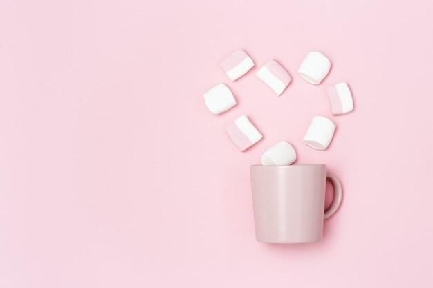 Romantiek vakantieconcept, roze mok of beker en marshmallows in vorm van hart, liefdesverklaring