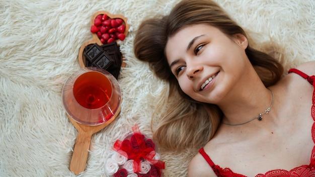 Romantiek, valentijn dag geschenken concept. mooie blonde vrouw op de bank met geschenken