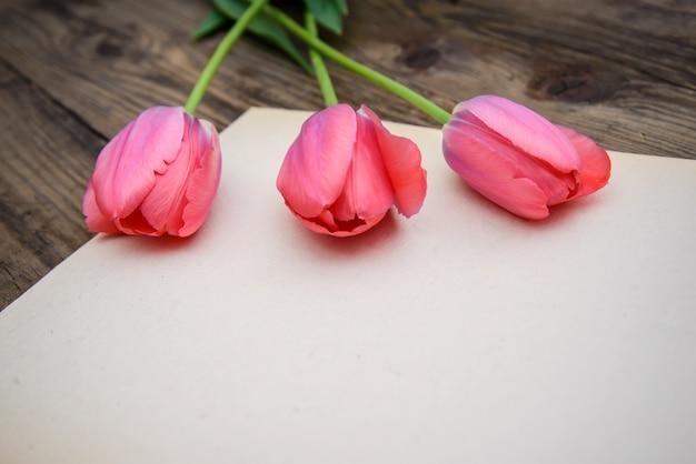Romantisch beeld met tulpen en een vel papier