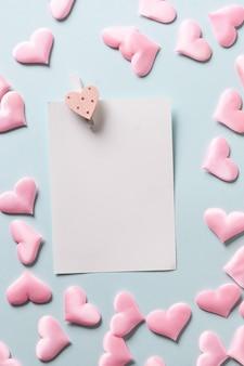 Romantisch blad met roze hartjes op blauwe achtergrond, valentijnsdag wenskaart.