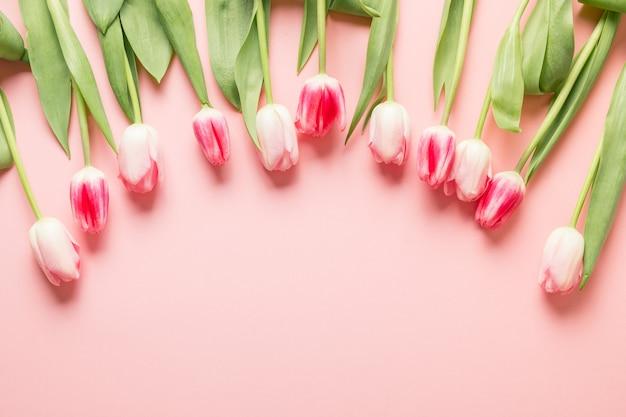 Romantisch boeket van roze tulpen, lente wenskaart met kopie ruimte.