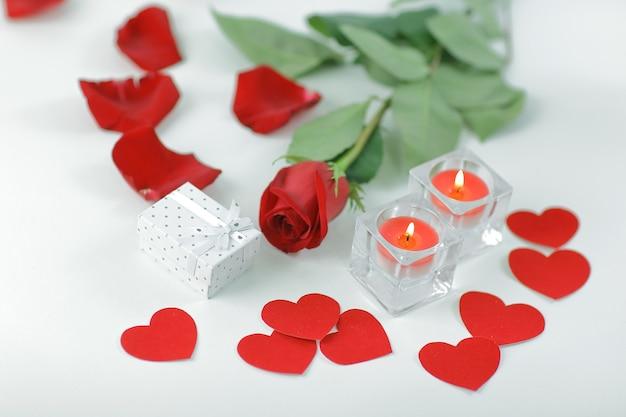 Romantisch concept .gift box, brandende kaars en rode roos. foto met kopie ruimte.