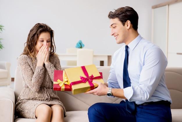 Romantisch concept met de mens die aanzoek doet