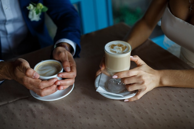 Romantisch diner close-up. romantisch moment in café. man en vrouw praten over koffie. verliefde paar op romantische date in restaurant. vergadering aan een koffietafel