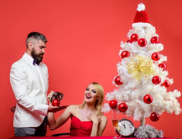 Romantisch diner in restaurant vrolijk kerstfeest romantische relatie gelukkig nieuwjaar verliefd stel op