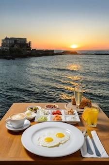 Romantisch diner met idyllisch panoramisch uitzicht op de middellandse zee