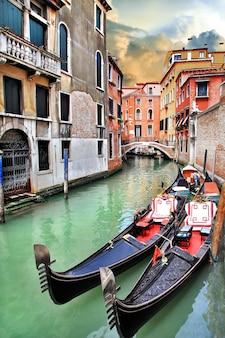 Romantisch en een van de mooiste plekjes van italië, magisch venetië. venetiaanse straten - grachten en gondels