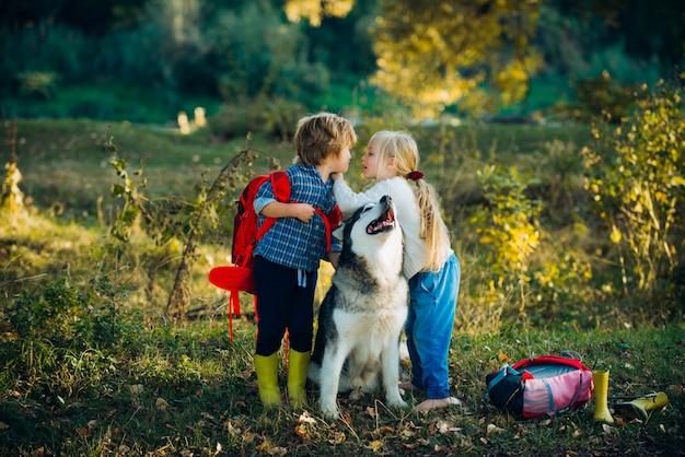 Romantisch en liefde voor menselijke emoties kinderen houden eerst van valentijnsdag, zoete jeugd