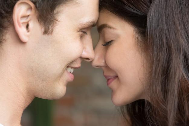 Romantisch gelukkig oprecht paar face to face dicht omhooggaand portret