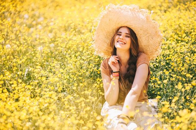Romantisch hippiemeisje die zich op een gebied bevinden. zomer. hippie stijl.