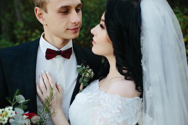 Romantisch jong pasgetrouwd koppel in het bos