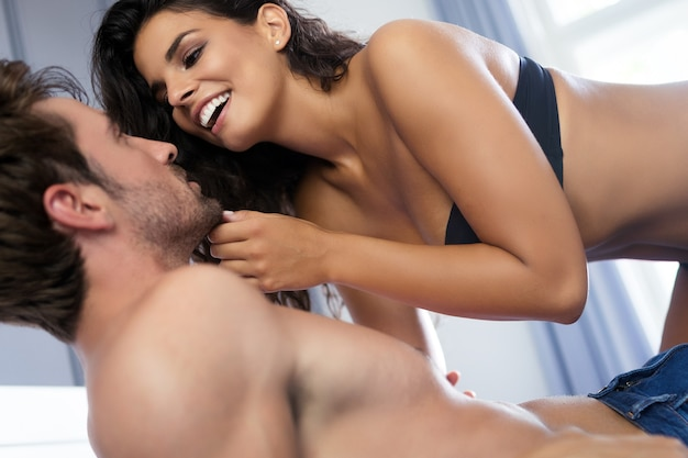 Romantisch jong stel dat intiem en sensueel is in de slaapkamer