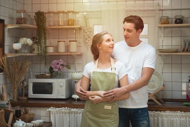 Romantisch kaukasisch paar in liefde die geweldige tijd samen in het kitchen.iling gezicht hebben.