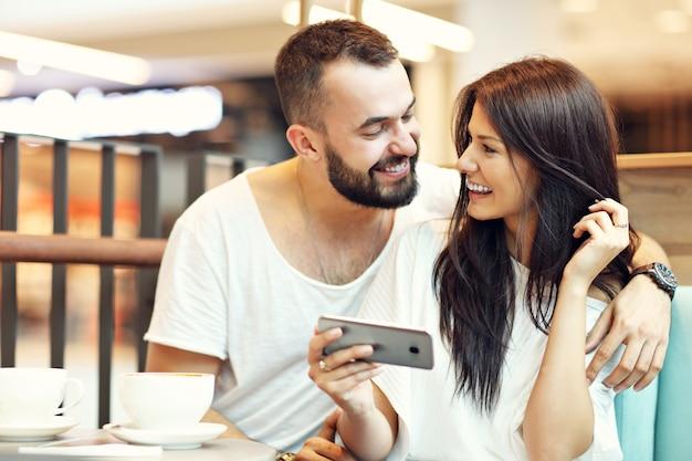 Romantisch koppel daten in café en selfie nemen
