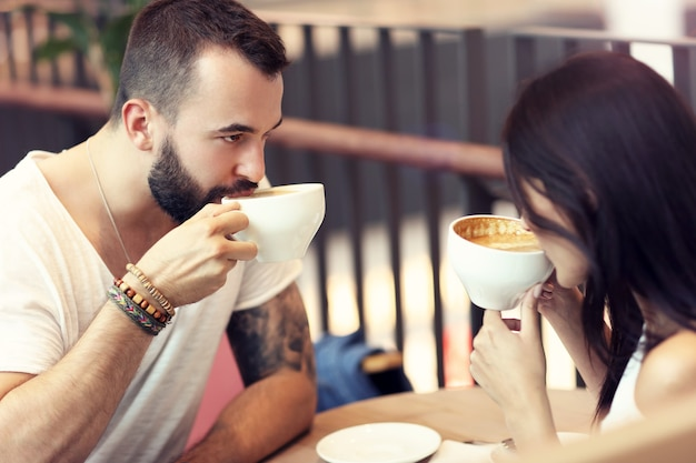 Romantisch koppel daten in café