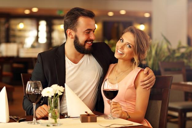 Romantisch koppel daten in restaurant