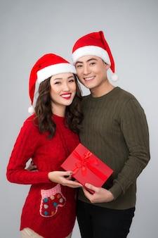 Romantisch koppel in een trui met geschenkdoos