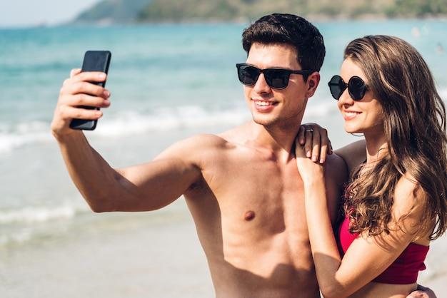 Romantisch liefhebbers jong koppel ontspannen samen op het tropische strand