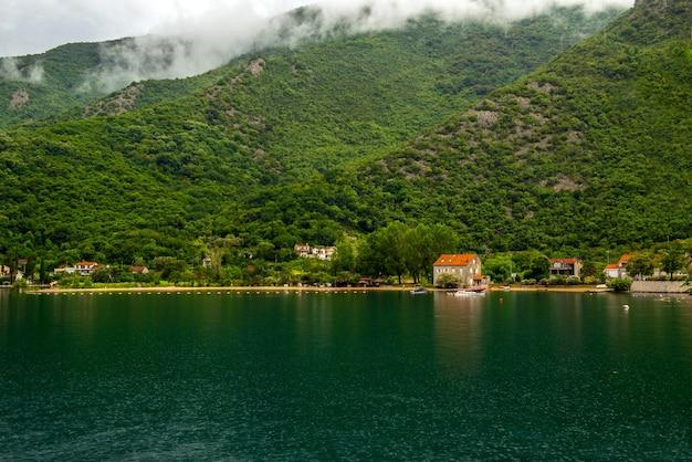 Romantisch mediterraan bewolkt landschap. montenegro, uitzicht op de baai van kotor.