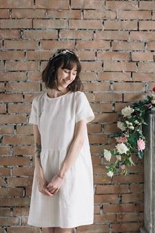 Romantisch meisje in vintage kamer met bloemen