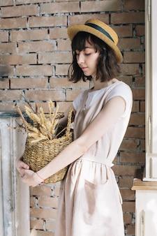 Romantisch meisje met mand in haar handen
