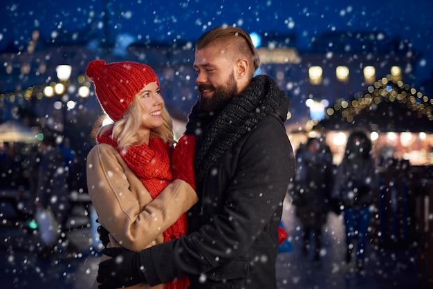 Romantisch moment van een stel in de sneeuw