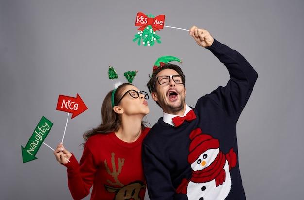 Romantisch moment voor nerdpaar met kerstmis