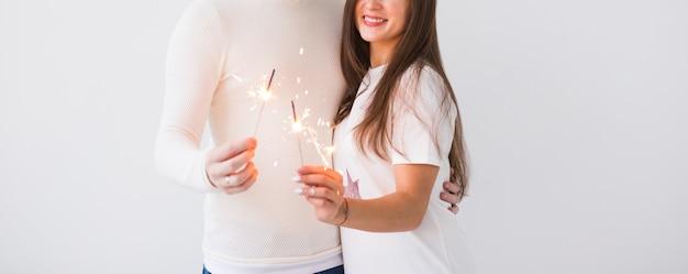 Romantisch mooi paar met datum op valentijnsdag. man en vrouw met sterretjes op witte achtergrond met copyspace