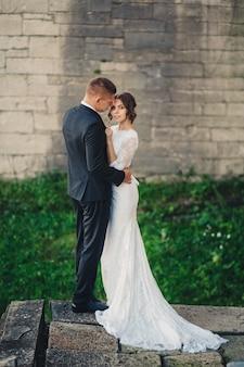 Romantisch paar bruid en bruidegom sensuele knuffels