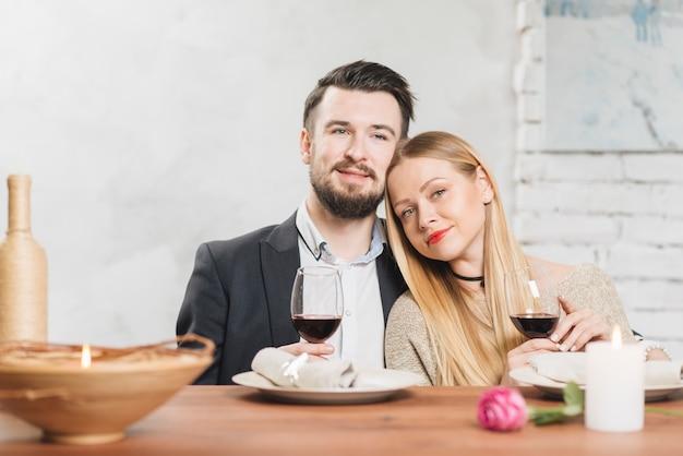 Romantisch paar dat diner heeft aan tafel