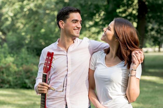 Romantisch paar dat elkaar in aard bekijkt