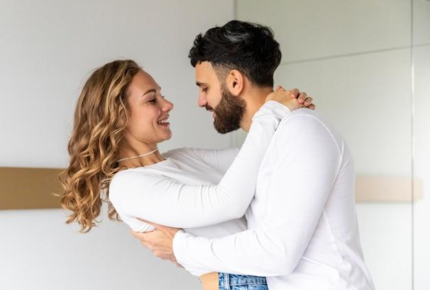 Romantisch paar dat elkaar thuis houdt