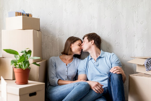 Romantisch paar dat thuis een pauze neemt van het inpakken om te verhuizen