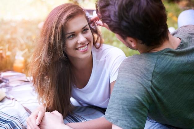Romantisch paar dat van een picknick in het park geniet