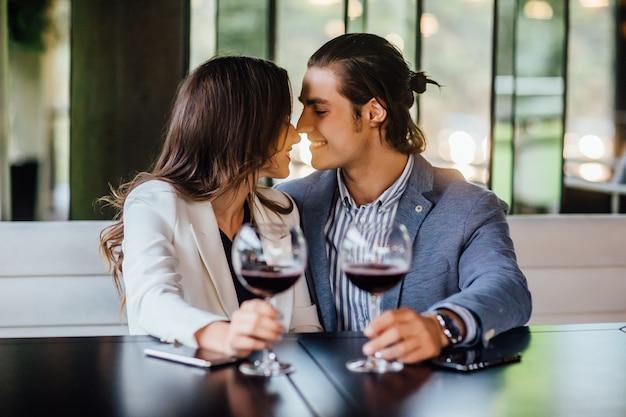Romantisch paar genieten van diner in café-relatie en romantische tijd